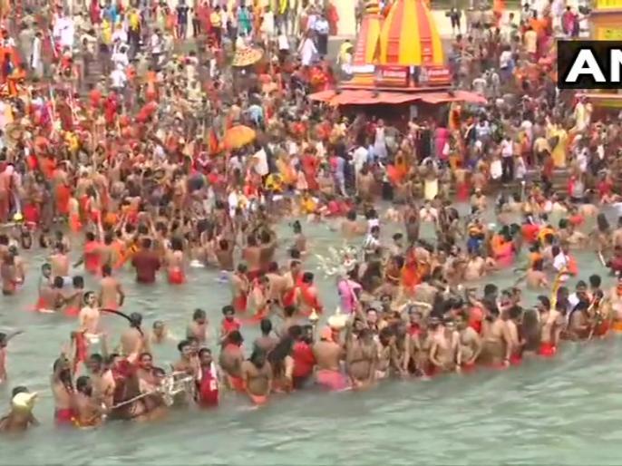 Haridwar MahakumbhSomavati Amavasyalakhs took dip Gangesmany saints came out corona positivebroken rules | हरिद्वारमहाकुंभःसोमवती अमावस्या पर संतों का शाही स्नान, लाखों ने लगाई गंगा में डुबकी,कई साधु निकले कोरोना पॉजिटिव, टूटे नियम