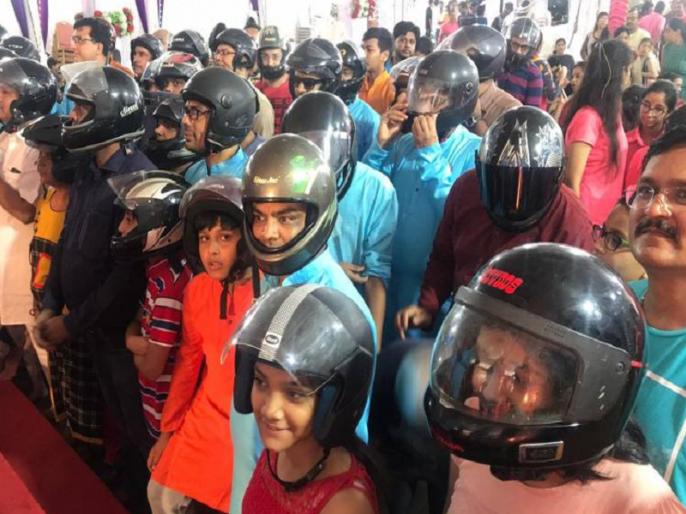 Gujarati People Wearing a helmet in ganesh pandal due to traffic rule | गणेश के भक्तों को सताया चालान का डर, बप्पा की विदाई आरती में हेलमेट पहन पहुंचे लोग