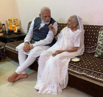 Prime Minister Modi's mother Hiraben gave Rs 25,000 in PM-care fund | प्रधानमंत्री नरेंद्र मोदी की मां हीराबेन ने पीएम-केयर फंड में दिए 25,000 रुपये