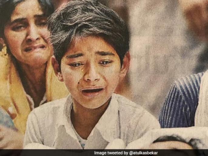 producer atul kasbekar share mudassir khan son photo | पिता के शव के पास बैठे बच्चे की Photo शेयर कर बॉलीवुड प्रोड्यूसर ने किया ट्वीट, लिखा- पागलपन का यह चक्र हमेशा चलता रहेगा...