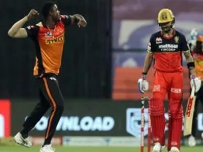 RH Vs RCB IPL 2021 Match 6 virat kohli angry reaction after caught by vijay shankar | IPL 2021: आउट होने के बाद मैदान फूटा विराट कोहली का गुस्सा, बाउंड्री लाइन पर मारा बल्ला और फिर...