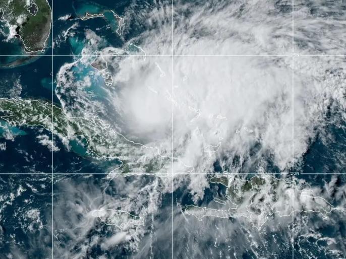 Hurricane Isaias Rakes the Bahamas on a Track for Florida's East Coast | बहामास में तबाही मचाने के बाद फ्लोरिडा की ओर बढ़ा तूफान 'इसायस', लोगों को किया गया आगाह