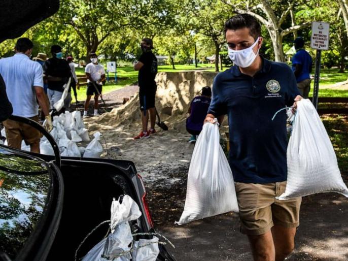 Hurricane Isaias: Devastation in the Bahamas, uprooted roofs and trees, moved to Florida | Hurricane Isaias:बहामास में तबाही, घरों की छतों और वृक्षों को उखाड़ दिया,फ्लोरिडा की तरफ बढ़ा