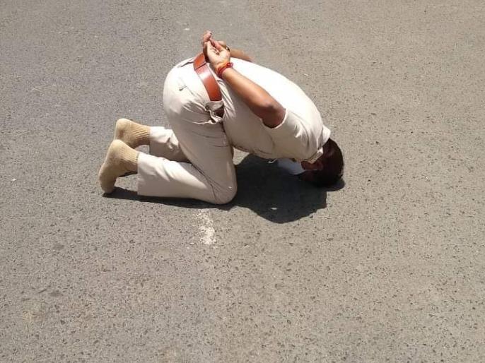 Video: Ujjain's IPS Manoj Kumar Singh dazzled barefoot on a scorching afternoon, dominated the social media | Video: तपती दोपहर में नंगे पैर शिखर दर्शन करते उज्जैन के आईपीएस मनोज कुमार सिंह, सोशल मीडिया पर जमकर छाए