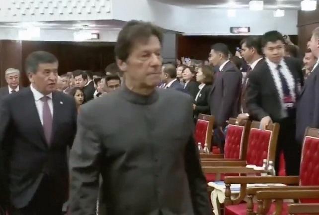 imran khan sco Summit video viral Pak PM breaks diplomatic protocol at summit | पाकिस्तान पीएम इमरान खान SCO समिट की बैठक को लेकर हुये ट्रोल, वीडियो में देखिए उन्होंन क्या किया?