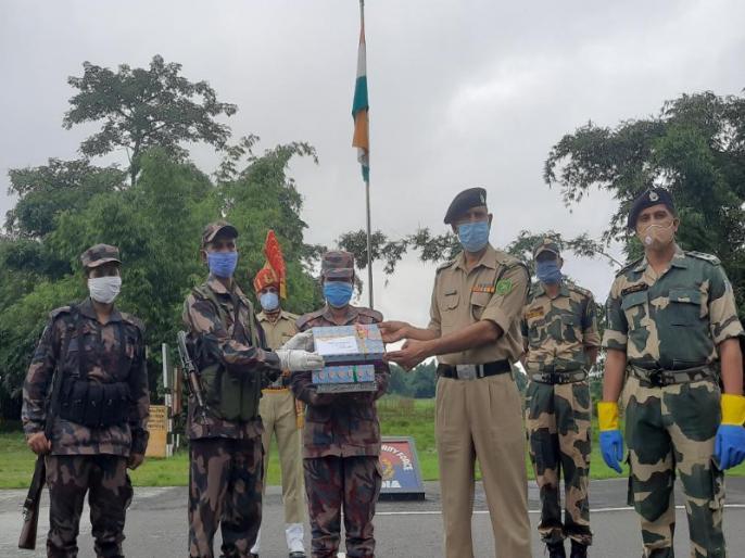 West Bengal: BSF exchange sweets with Border Guards Bangladesh at India-Bangladesh border in Fulbari on Eid Al Adha | पश्चिम बंगाल: बकरीद के मौके पर बीएसएफ ने बॉर्डर गार्ड्स बांग्लादेश से किया मिठाई का आदान-प्रदान, सामने आई तस्वीरें