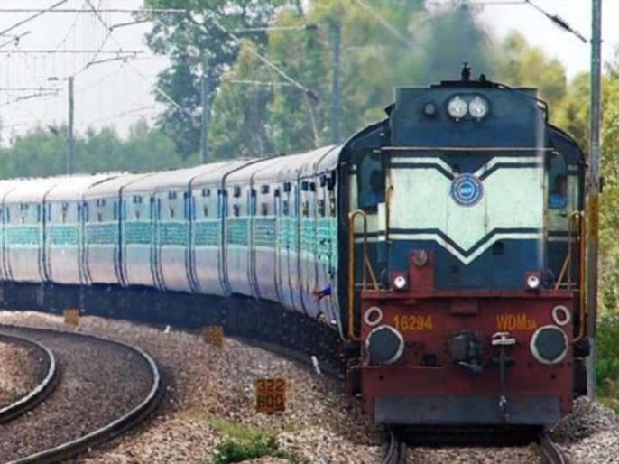 Train kills several vehicles at railway crossing, killing five | यूपी में रेलवे क्रॉसिंग पर ट्रेन ने एक साथ मारी कई वाहनों को टक्कर, पांच लोगों की मौत, दो लाख रुपए मुआवजे का ऐलान