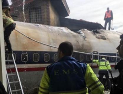 Carrier Plane crashes during landing in Iran, only one out of 16 survive | ईरान में लैंडिंग के दौरान मालवाहक विमान क्रैश, 16 में से केवल एक की बच पाई जान