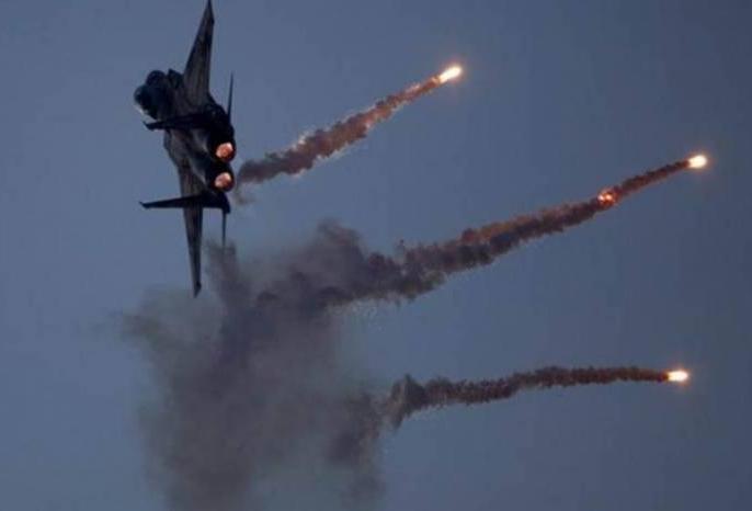 Israel air strike in syria killed 3 soldiers and hijbullah terrorists | इजराइल के हवाई हमले में सीरिया के तीन सैनिकों की मौत, हिजबुल्ला को भी हुआ भारी नुकसान