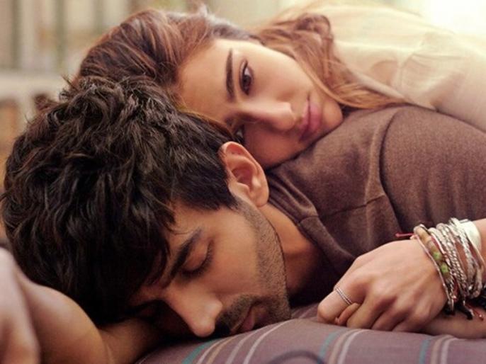 love aaj kal first look poster release sara ali khan and kartik aaryan film | Love Aaj Kal First Look: एक दूसरे के प्यार में डूबे नजर आए सारा अली खान और कार्तिक, देखें फिल्म का पोस्टर