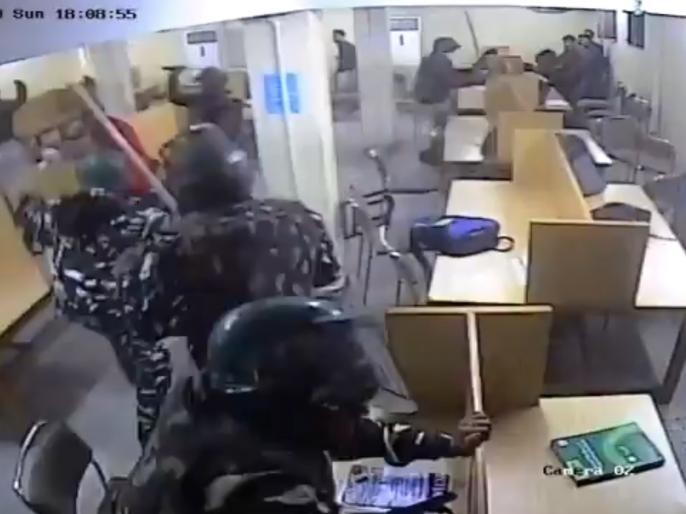 Jamia violence Video goes viral Delhi Police is seen beating students in the library | #JamiaViolence: जामिया में हुई हिंसा का वीडियो वायरल, लाइब्रेरी में छात्रों को पिटती दिखी दिल्ली पुलिस
