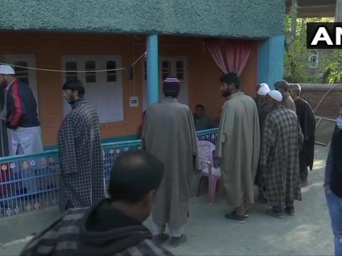 Jammu-KashmirKulgam BJP Family members crowds thousands involved funeral terror | काजीगुंड में पसरा है मातम, आतंकी धमकी को ताक पर रखमृतकों के जनाजे में शामिलहजारों की भीड़, देखें वीडियो
