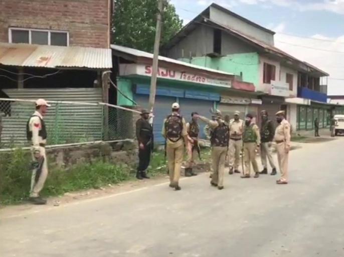Jammu Kashmir: Army jaws dragged SDM on the road and then beaten | जम्मू कश्मीर: सेना के जवानों ने एसडीएम को सड़क पर घसीटा और फिर पीटा