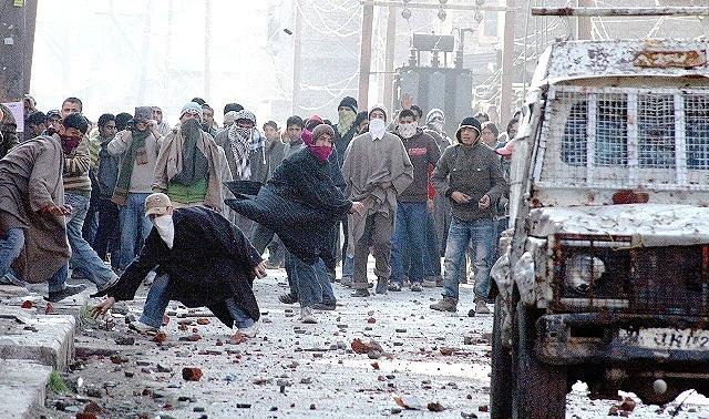 J&K Article 370: Centre govt now says stone pelting incident took place on srinagar Soura region | कश्मीर: गृह मंत्रालय ने कहा 9 अगस्त को उपद्रवियों ने की थी पत्थरबाजी, बीबीसी ने कहा- भारत सरकार ने बात मानी