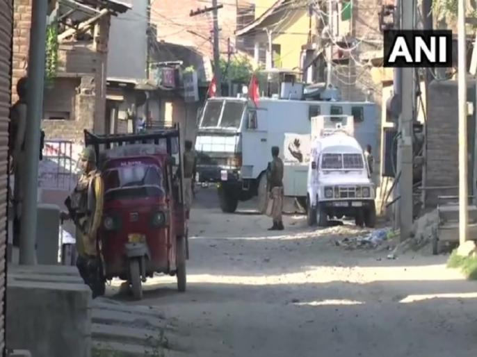 Jammu and Kashmir three terrorists killed in Sri nagar Batmaloo area, one woman also killed   जम्मू-कश्मीर: श्रीनगर के बटमालू इलाके में तीन आतंकी ढेर, एक महिला की भी मौत, CRPF के दो जवान घायल
