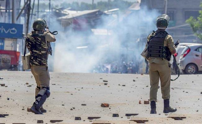 Jammu and Kashmir: One ex-soldier and policeman killed in two terror attacks, condition of a jawan is critical | जम्मू-कश्मीर: दो आतंकी हमलों में एक पूर्व सैनिक समेत तीन जवान शहीद, एक की हालत गंभीर