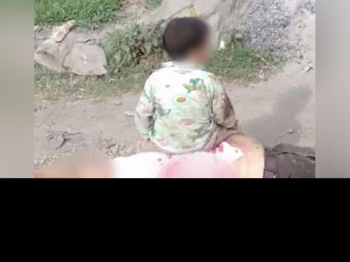 Jammu Kashmir sopore attack 3 years Survives Pics Show Him Near Grandfather Body | जम्मू-कश्मीर से आई दर्दनाक तस्वीर, आतंकी हमले में दादा को लगी गोली, शव के पास बैठ कर रोता रहा मासूम