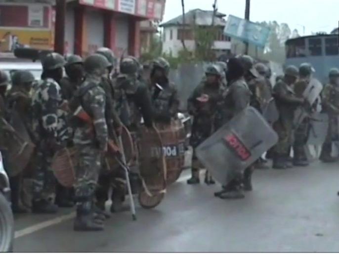 shiv sena saamna editorial attacks modi government says nothing changed in jammu kashmir | शिवसेना का मोदी सरकार पर निशाना, नोटबंदी और आर्टिकल 370 हटाने से भी कश्मीर में नहीं बदले हालात