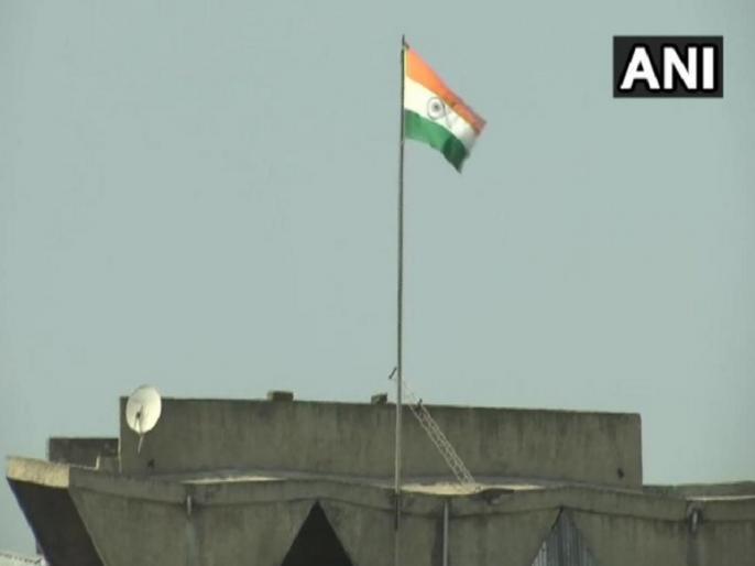 Jammu Kashmir State flag removed from Civil Secretariat building in Sri Nagar | जम्मू-कश्मीर: श्रीनगर में सचिवालय की इमारत से उतरा राज्य का झंडा, लहराया गया केवल तिरंगा