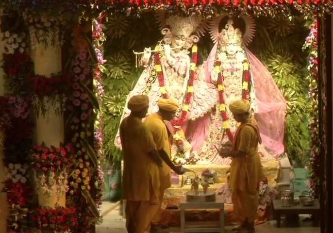 Krishna Janmashtami 2020 Mathura Live Darshan from Mathur   Krishna Janmashtami 2020: भगवान कृष्ण ने लिया जन्म, यहां देखिए मथुरा और द्वारका के मंदिर के जन्मोत्सव का लाइव प्रसारण