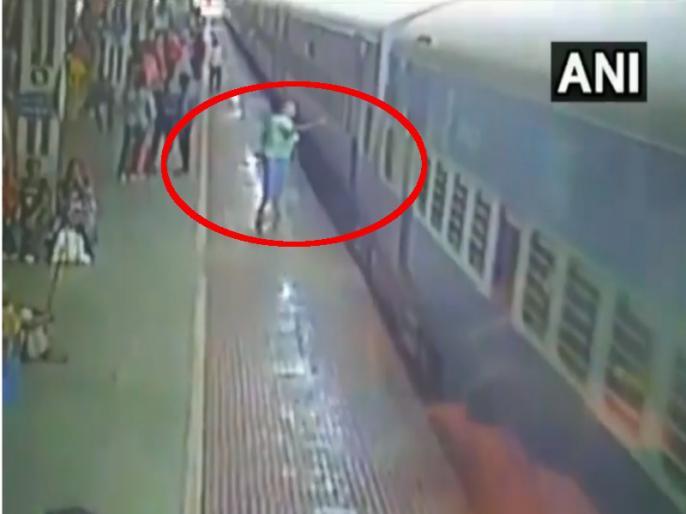 Odisha: man fells on tracks at the Jharsuguda railway station | रेलवे स्टेशन पर हुआ ये रूह कंपाने वाला हादसा, वीडियो हुआ वायरल