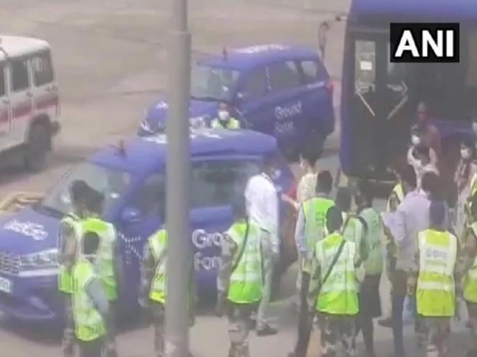 Kangana-Maharashtra Government Face Off actress reach mumbai airport | मुंबई एयरपोर्ट से रवाना हुईं कंगना रनौत, शिवसेना कार्यकर्ताओं ने किया विरोध प्रदर्शन
