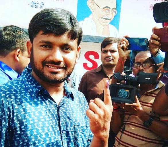 Kanhaiya Kumar after casting his vote Begusarai slams Giriraj singh and tanvir hassan | पोलिंग बूथ पर कन्हैया ने विरोधियों पर साधा निशाना,'बेगूसराय को बदनाम करने वालों को मुंह की खानी पड़ेगी'