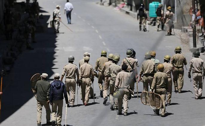 Article 370: In Kashmir, someone is asking about their well being through TV, then someone is telling their skills   अनुच्छेद 370ः कश्मीर में TV के जरिए कोई पूछ रहा है अपनों का हालचाल, तो कोई बता रहा है अपनी कुशलक्षेम