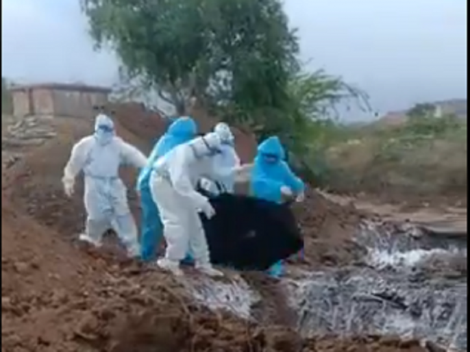 Bodies of COVID-19 victims dumped in large pit in Karnataka's Bellary, videos trigger outrage, probe ordered | कोरोना वायरस से मरे 8 लोगों के शव को एक ही गड्ढे में फेंका, वीडियो वायरल होने पर जांच के आदेश