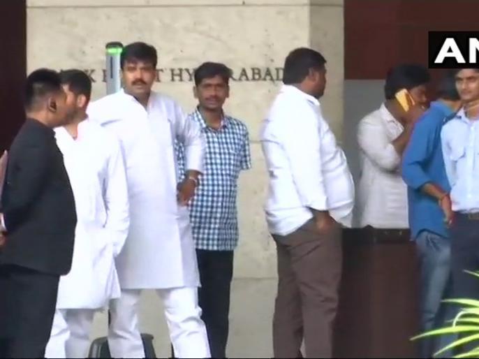 Karnataka congress JDS mla Escape will reach Hyderabad hayat hotel | बहुमत परीक्षण से पहले कांग्रेस-जेडीएस विधायकों को बस में भरकर हैदराबाद पहुंचाया गया, होटल में है पूरी तैयारी
