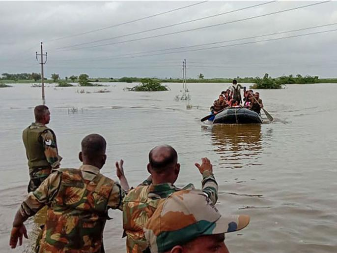 Karnataka flood: villagers got emotional after army return there | कर्नाटक बाढ़ः सेना की विदाई के समय डबडबा आईं ग्रामीणों की आंखें, कहा- जान बचाने के लिए शुक्रिया