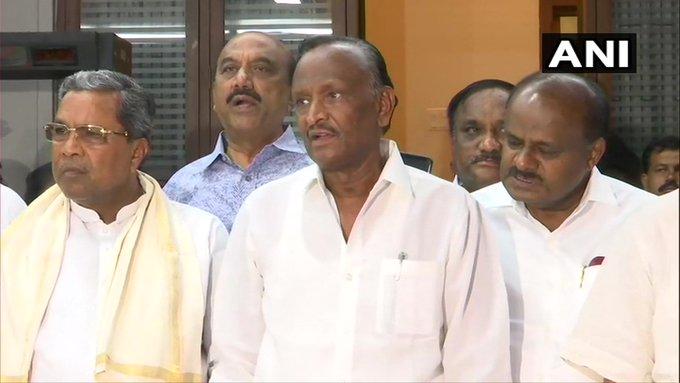 Karnataka crisis: Congress-JDS Try to convince rebel legislators, BJP wants floor test on monday | कर्नाटक संकटः बागी विधायकों को मनाने की कोशिश तेज, भाजपा सोमवार को शक्ति परीक्षण कराने पर अड़ी