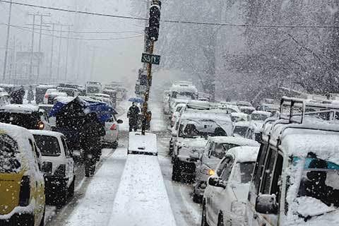 Snowfall continues for the fourth day in Kashmir, 5000 vehicles stranded, air traffic disrupted | जम्मू-कश्मीर में चौथे दिन भी बर्फबारी जारी, 5000 वाहन फंसे, हवाई यातायात बाधित