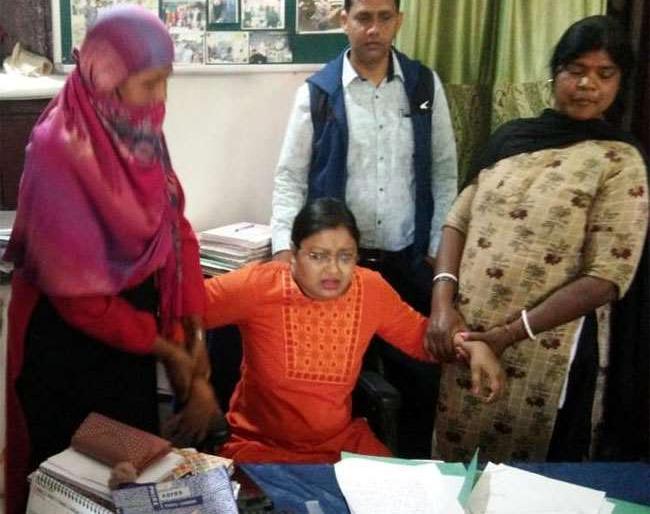 khunti police stationmeera singh in chargearrestedanti corruption bureaubribe 15 thousand rupeesjharkhand | 15 हजार घूस लेते खूंटी महिला थाना प्रभारी मीरा सिंह गिरफ्तार,दुष्कर्म आरोपित को बचाने के लिए50 हजार रुपये की रिश्वत मांगी थी