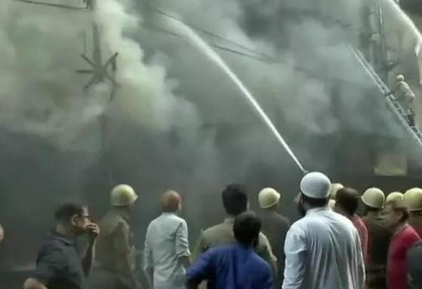 Kolkata: Fire breaks out at Bagri Market in Canning Street; 20 fire engines present on the spot | कोलकाता: बागड़ी मार्किट में आग पर काबू पाने के प्रयास जारी, कारोबारी बेहाल