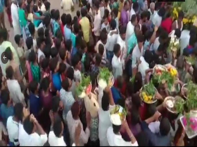 Karnataka lockdown violation people gathered in large numbers in kolagondanahalli village of ramanagara for village fair | लॉकडाउन पर भारी पड़ रहीआस्था, हजारों की संख्या में ग्रामीणों ने की पूजा, अधिकारी सस्पेंड