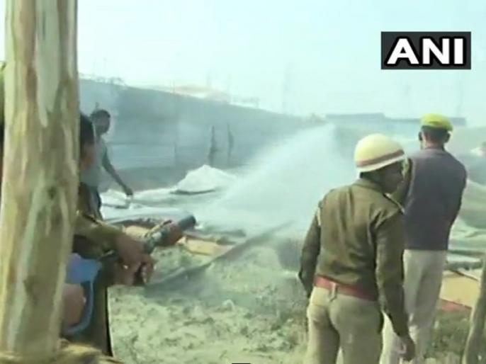fire in prayagraj kumbh 2019 updates digambar akhada tents operation underway | कुंभ 2019ः दिगंबर अखाड़े में सिलेंडर फटने से लगी भीषण आग, दर्जनों टेंट जलकर राख, कोई हताहत नहीं