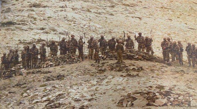 Jammu and Kashmir Clash Leh China Ladakh 40-50 PLP jawans of the PLA marched towards the peak | लद्दाख गतिरोधः PLA के40-50 जवानमुखपारी चोटी की ओर बढ़े थे,हवा में 10-15 बार गोलियां चलाईं, छड़, भाले और धारदार हथियार ले रखे थे