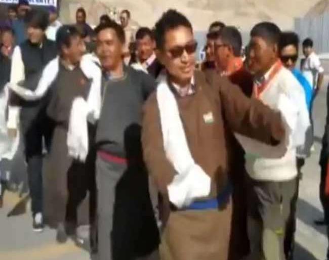 BJP MP Ladakh Jamyang Tsering Namgyal dances while celebrating IndiaIndependence Day Leh video viral   आर्टिकल 370 हटने पर दमदार भाषण देकर चर्चा में आये लद्दाख के BJP सांसद ने किया धमाकेदार डांस, वीडियो में देखें कैसे मनाया स्वतंत्रता दिवस