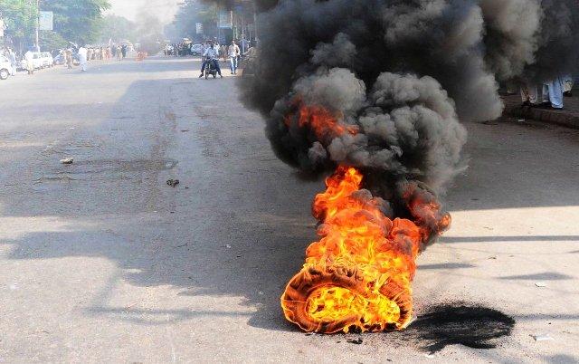 pakistanLahore BurningViolence in Pakistancontroversy over printing cartoons in France prophet   पाकिस्तान में हिंसा,फ्रांस में कार्टून छापने पर विवाद,जल उठा लाहौर,तीन लोगों की मौत