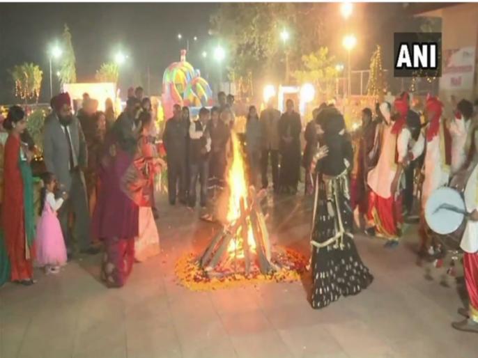 lohri celebrated in punjab and haryana 2019   पंजाब-हरियाणा सहित देशभर में हर्षोल्लास के साथ मनाई गई लोहड़ी, जानिए क्या है इतिहास?