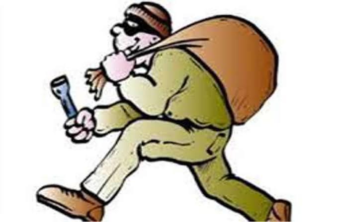 madhya pradesh gwaliorbusinessman house wife maid hostagetouched feet Sister's wedding is to be forgiven   व्यवसायी के घर धावा, पत्नी और नौकरानी को बनाया बंधक, लूटते समय महिला के छुए पैर, कहा-बहन की शादी करना है माफ कर देना...