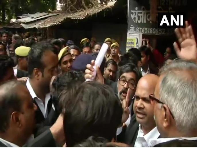 bomb bast in Lucknow's Wazirganj court, many lawyers injured | लखनऊ के वजीरगंज कोर्ट में धमाका, दो वकील घायल, तीन जिंदा बम बरामद