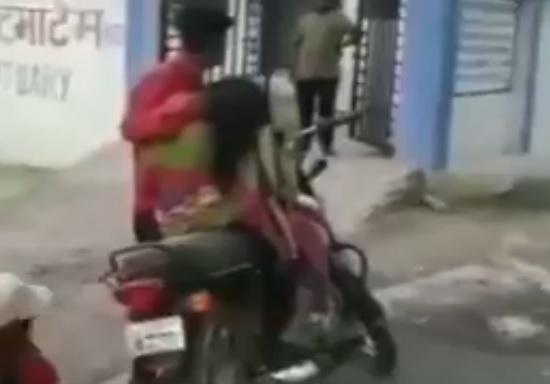 Madhya Pradesh: Man brought dead body of mother on a motorcycle for post mortem after being allegedly denied hearse van by district hospital   मध्य प्रदेश: एम्बुलेंस नहीं मिला तो बाइक पर ले गया मां का शव, वीडियो वायरल