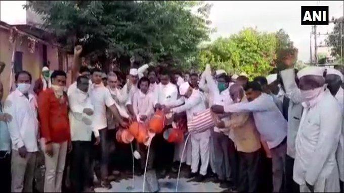 BJP agitation for milk rate hike, protests by spilling milk on the road | महाराष्ट्र: दूध दर वृद्धि के लिए भाजपा का आंदोलन, सड़क पर दूध गिराकर किया विरोध प्रदर्शन