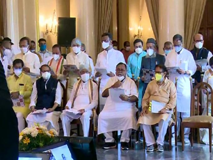 West Bengla Kolkata 43 TMC leaders sworn in as ministers see list   पश्चिम बंगाल में ममता बनर्जी के 43 मंत्रियों ने ली शपथ, पूर्व क्रिकेटर मनोज तिवारी भी मंत्रिमंडल में शामिल