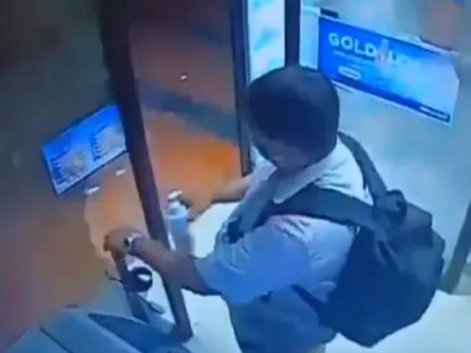 hand sanitizer stolen from atm kiosk video viral ips officer shares the video | इस शख्स ने ATM से चुरा लिया हैंड सैनिटाइजर, वीडियो वायरल, IPS अफसर ने ट्वीट कर कहा- हम नहीं सुधरेंगे