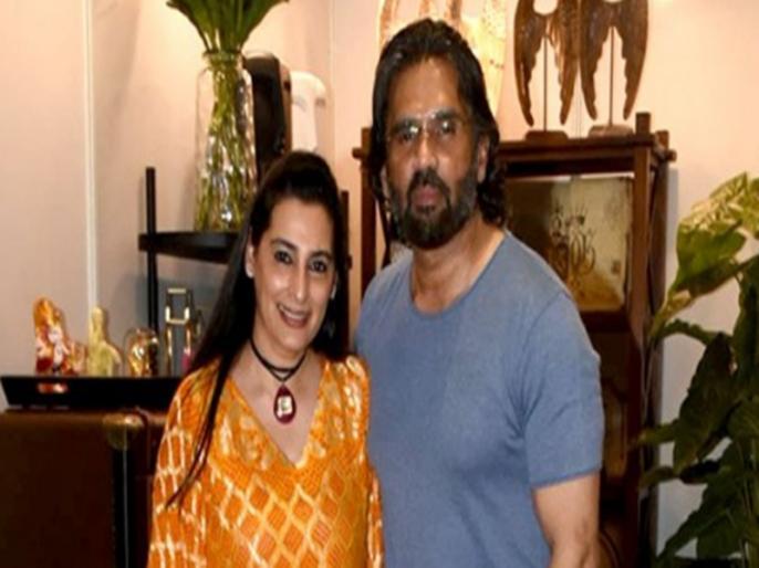 Sunil Shetty FUNNY Video Cooking For Wife Mana Shetty viral on social media | VIDEO: लॉकडाउन के दौरान सुनील शेट्टी को खाना बनाना सिखा रही पत्नी, फिर हुआ कुछ ऐसा कि माना ने पीट लिया सिर