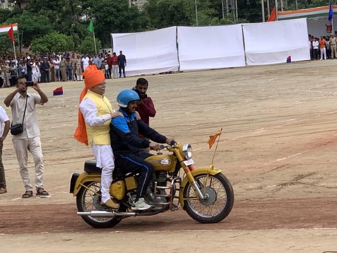 Manohar Lal Khattar independence day inspiction on bike in independence day celebrations 2019   जब डेयर डेविल बाइक पर सवार होकर सलामी लेने निकले हरियाणा के सीएम मनोहर लाल खट्टर