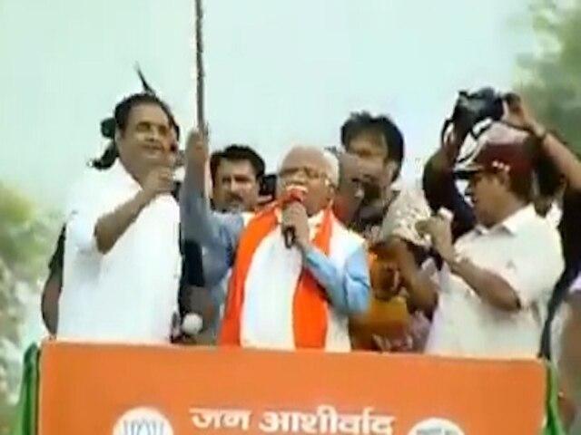 Manohar Lal Khattar threatens bjp leader chop off neck video goes viral congress reacts | 'गर्दन काट दूंगा तेरी', हाथ में फरसा लेकर बीजेपी नेता को मनोहर लाल खट्टर ने दी धमकी, वायरल हुआ वीडियो